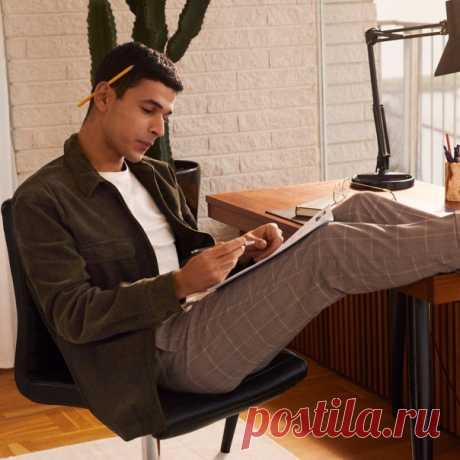 Элегантные джоггеры — незаменимый элемент мужского гардероба. Наши стильные и комфортные новинки, созданные специально для современного мужчины, уже ждут вас в магазинах и онлайн! 👌🏻😉 #HMMan