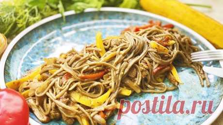 Когда хочется чего-то особенного - Ужин за 15 минут в азиатском стиле Быстрый ужин за 15 минут без возни и заморочек. Макароны + овощи + мясо...А, изюминка этого рецепта - вкусный пряный соус. Вы любите острое? Лично мне это блюдо напоминает мой отдых в Таиланде. Я люблю азиатскую кухню. Были ли вы в Азии? Напишите обязательно в комментариях.Ингредиенты:  ...