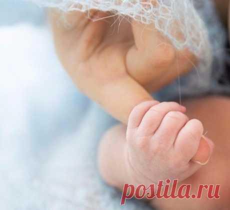 """Сердце каждой мамы — Сеточка из шрамов... Каждый плач ребёнка — крошечный рубец... Сбитые коленки, Кровь из пальца-венки... Без таких отметок нет у мам сердец... Кашель и ангина, Жар у дочки, сына... Точечки ветрянки, ночи, что без сна... Кабинет зубного, Страх и слёзки снова... Держит мама в сердце... Помнит всё сполна... Первые обиды — Маленькие с виду... Только сердце мамы чувствует их боль... С каждым новым шрамом Жарче сердце мамы... — """"Ты не бойся, крошка, я всегда с тобой.""""…"""