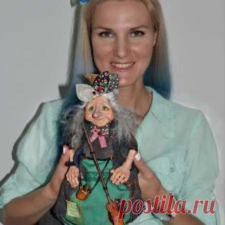 Художница по куклам  Анастасия Адамович - Бэйбики «Маленькая выставка маленьких кукол» в галерее «Славутыя майстры» (наб. Троицкая, 6) впечатляет своей масштабностью. Каждый персонаж на ней имеет свою