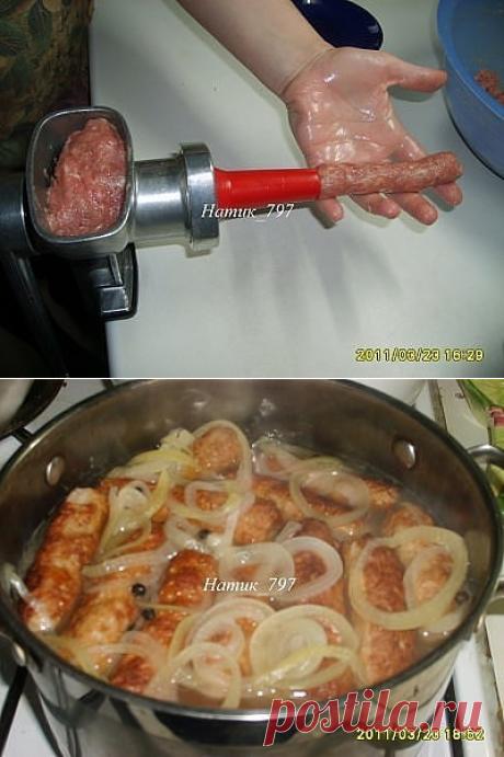 Одноклассники Нам понадобится: Свинина - 700 гр. Говядина - 300 гр. Соль, перец - по вкусу Сода (обязательно!) - на кончике ножа, можно 0,5 ч.л. Крахмал (примерно) 2 ч.л. Молоко - 0,5 - 1 стакан. Чеснок (у меня ушло 8 зубчиков, смотря какой чеснок) - 5-10 зуб. Лук для тушения - 1 шт. Лавровый лист - 2-3 шт. Перец горошком для тушения Масло растительное для жарки и смазывания рук.