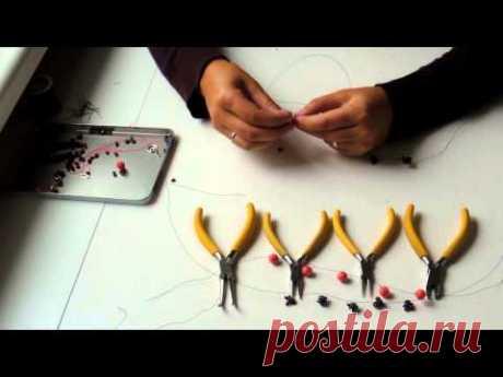 В этом видео уроке вы узнаете, как легко можно сделать браслет,не обладая специальными навыками.