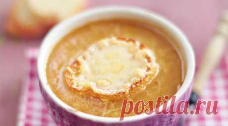 Чудесный вкус этого основательного супа зависит от хорошего крепкого бульона и медленно карамелизированного лука. Так что не спешите во время приготовления. Можно сварить суп заранее, а уже перед подачей запечь его с сырными гренками.