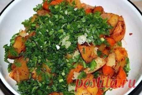 Картошка в рукаве  Ингредиенты:  - 1 кг. картофеля,  - 1 морковка,  - 1 помидорчик,  - лучок,  - немного специй  Приготовление:  Просто, полезно и вкусно. Редко встречающиеся вместе понятия. Обычно, если вкусно, то не полезно и не просто, если просто, то, как минимум не вкусно. Но, здесь у нас все гармонично и хорошо. Итак, нам надо – 1 кг. картофеля, 1 морковка, 1 помидорчик, лучок, немного специй для картошки или тех, что Вам нравятся, пучок зелени и несколько зубчиков чеснока. Можно лук. 1