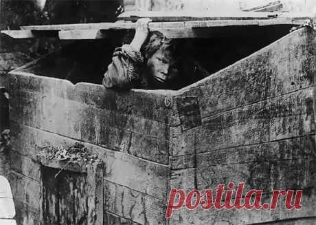 Las fotografías raras: los niños vagabundos de Rusia 20 años (20 fotos) | el Diablo toma el Fin de la guerra civil era notado por el desenfreno besprizorschiny en Rusia. Unos millones de niños que han quedado huérfano vivían en la calle, alimentando la limosna o el delito menudo. Esta elección rara de las fotografías - su posibilidad de ver con sus propios ojos a los niños vagabundos rusos 20 y reconocer toda la temeridad de su posición. Los niños vagabundos en la estación Nikolaevsky en Moscú, 1920 los niños Sin techo. Moscú, 1922 los Niños vagabundos detrás del juego en los castigos...