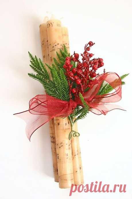 Еще одна идея со свечами, но только тонкими, которые есть во всех магазинах Свечи декорированы распечаткой на принтере с нотным изображением и украшены новогодней декоративной растительностью.