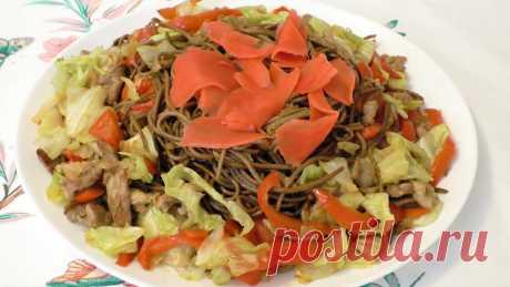 Жареная лапша Якисоба с мясом и овощами. Простая японская уличная еда.