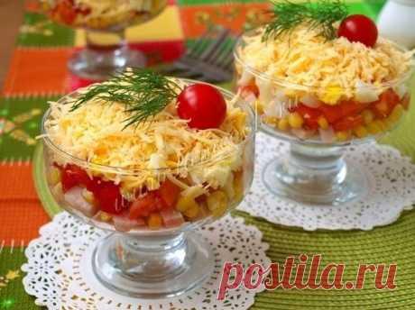 """Салат «Восторг» Ингредиенты: Курица копчёная - 200 грамм; Яйца варёные - 2 шт; Кукуруза консервированная - 0.5 банки; Сыр твёрдый - 120 грамм; Помидоры - 3 шт; Чеснок - 1 зубчик; Майонез - по вкусу. Описание процесса приготовления: Салат """"Восторг"""" - это вкусный и сочный салат с копчёной курицей и помидорами. За счёт курицы салат получается очень сытным, а помидоры придают ему сочность. Такой салат лучше готовить порционно для каждого гостя. Салат яркий и замечательно подойдёт на…"""