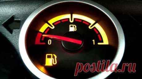 Сколько бензина остается в баке, когда загорается лампочка? В руководствах по эксплуатации автомобилей, которые лежат у автолюбителей в бардачках, нет точных данных о резерве горючего в топливном баке. Формулировки там очень общие, примерно такие: «контрольная