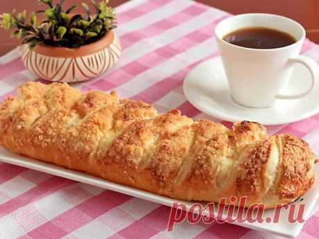 Нежный творожный пирог из слоеного теста с хрустящей сладкой корочкой и ванильным ароматом.