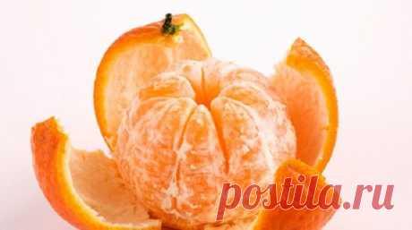 В кожуре мандарина — огромная сила  Мандариновая кожура так приятно пахнет! Вдыхаешь этот сильный аромат и сразу же заражаешься праздничным настроением. Уникальный плод отличается не только сочной, аппетитной мякотью, которая даже слащ…
