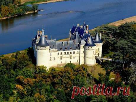 Замок Шомон-Сюр-Луар Chateau de Chaumont-sur-Loire  Или, как его еще называют, замок Медичи. Построенный еще в 10 веке, настоящую популярность он приобрел в 16-м, когда стал владением Екатерины Медичи. Окружавшая себя астрологами, здесь она встречалась с великим Нострадамусом, здесь Козимо Руджиери предсказал закат династии Валуа и воцарение Бурбонов. После смерти мужа, Генриха II, Екатерина переселила сюда его фаворитку Диану де Пуатье, а сама переехала в более роскошный ...