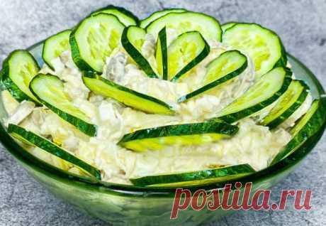 Маринуем лук и добавляем огурцы: салат съедают за 5 минут