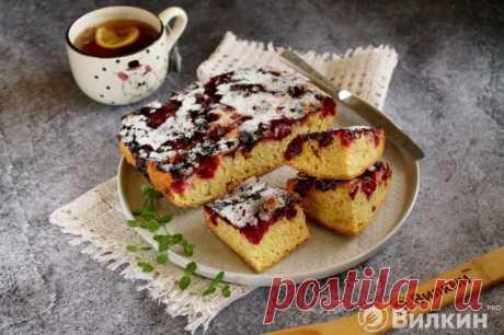 Шарлотка с замороженными ягодами в духовке: рецепт с фото пошагово