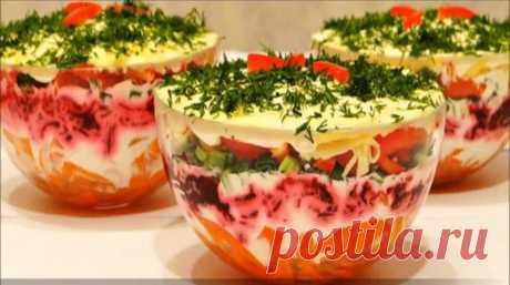 Очень вкусный и красивый слоеный салат с болгарским перцем Вкусный слоеный салат с болгарским перцем получается настолько красивым, что способен украсить любой праздничный стол. Состоит он только из полезных