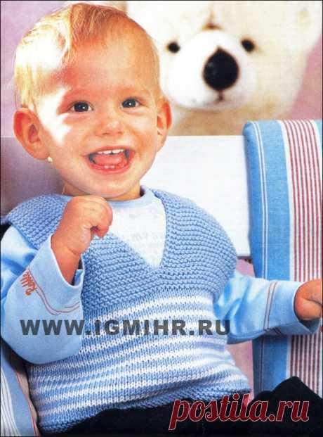 Безрукавка бело-голубого цвета для малыша 9-12 месяцев. Спицы