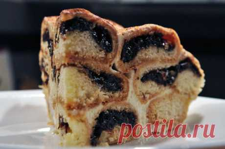 Sand cake with prunes and almonds.