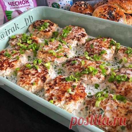 Куриные котлеты в сметанном соусе  Куриные котлеты, запечённые в сметанном соусе в духовке, получаются сочными, нежными и очень вкусными. Такие котлетки с удовольствием кушают и детки, и взрослые.
