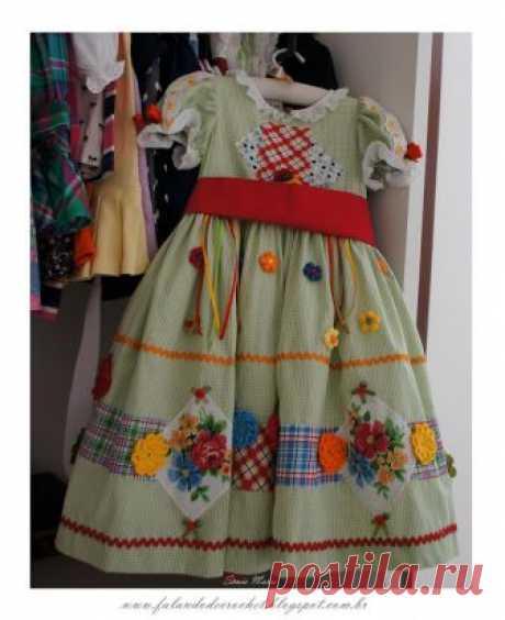 """Ой, какая красота!!!! Как можно украсить платье Посмотрела, сейчас все больше и больше людей вовлеклись в творчество:вышивка, вязание. А дети просят: """"нам не магазиношное!"""" Все хотят выгядеть особенно))) Может и здесь есть мастерицы? Выкладывайте ф…"""