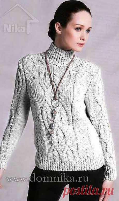 Свитер натурального цвета с косичками (вязание спицами)