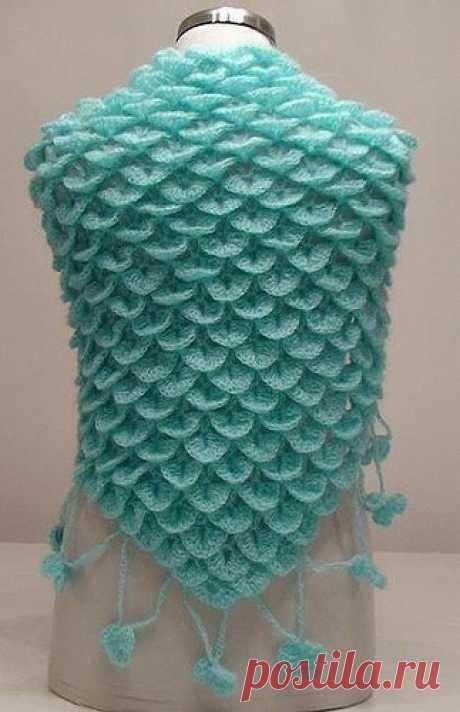 Необычный узор, похожий на чешуйки рыб.   Применяется в вязании жакетов, свитеров, кардиганов, шапок и как отделка вязаных изделий. А также прекрасно подходит для вязания сумок.   Набираем 39 + 2 кромочные петли.  1 ряд: изнаночные петли;  2 ряд: вяжем попеременно 1 накид, 1 лицевая петля. Повторяем до конца ряда;  3 ряд: провязываем лицевыми петлями, накиды сбрасываем;  4 ряд: повторяем от * и до*. Провязываем * 7 петель вместе изнаночной ; из одной петли вывязываем 7 пет...