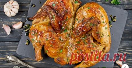 Чем шефы натирают курицу Приготовленная целиком курица — сытное блюдо, которое украсит любой праздничный стол. Таким угощением можно накормить целую ораву гостей, а если птица еще и запечена изумительно, то от комплиментов хозяйке придется буквально отбиваться. Но чтобы и внешний вид тушки, и вкус получились отменными, необходимо знать некоторые секреты приготовления.