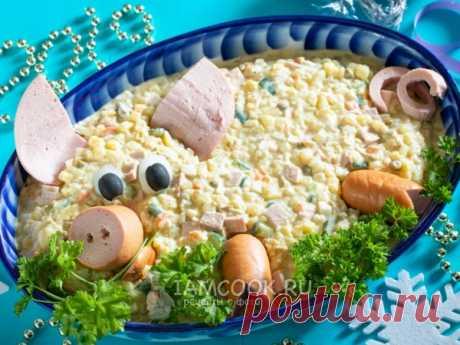 Оливье с колбасой на Новый год Свиньи 2019 — рецепт с фото Оливье с колбасой на Новый год Свиньи - привычный и любимый всеми новогодний салат с актуальным для 2019 года дизайном!