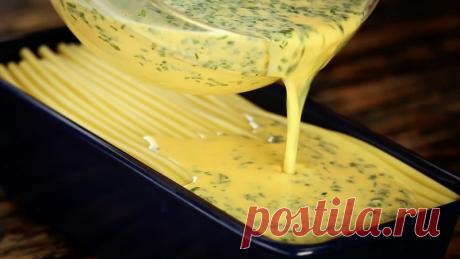 Выложите слоями макароны в форму для хлеба и запекайте в духовке. Готовое блюдо Вас удивит!