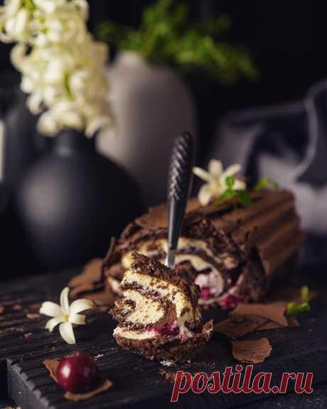 """Рулет """" Черный лес"""". Любимое сочетание шоколада, вишни и нежного крема в новом прочтении."""