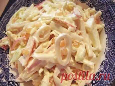 """Три простых салатика с кальмарами   1. Салат """"Мартовский""""   Ингредиенты на 500 грамм кальмаров:   - 5 свежих огурчиков;  - банка консервированных ананасов;  - 5 яиц;  - густой майонез;  - лимон."""