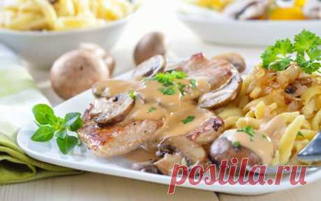 10 best dishes from a kartokha (10 photos)   Oh, damn not for nothing call Potatoes the second bread. But it is not so simple as it seems. From it it is possible to prepare a huge number of dishes with which it is possible to please and house and guests. Potatoes with champignons in sour cream Products: 1. Potatoes — 8 pieces 2. Champignon — 500 gr. 3. Onions — 1 piece 4. Flour — 1 tablespoon 5. Olive oil 6. Sour cream — 250 gr. 7. Salt, pepper. How to make potatoes with champignons in sour cream: Kartof...