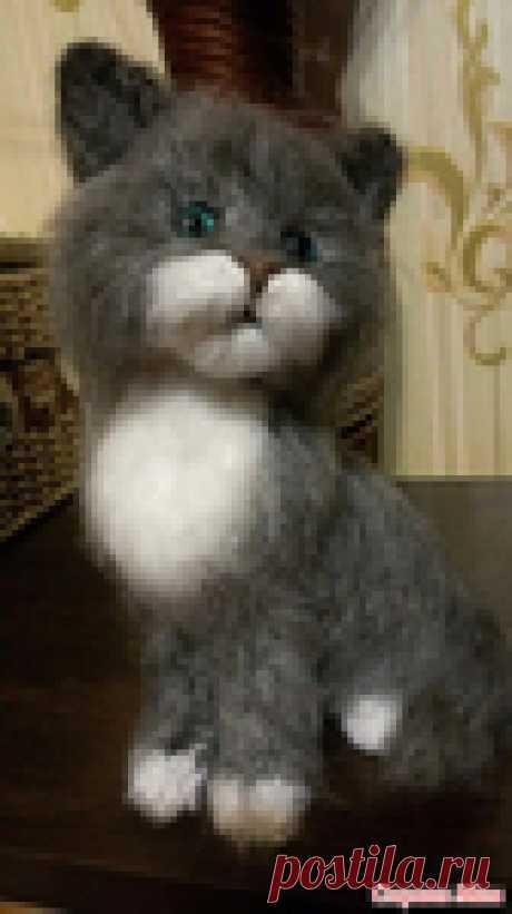 Котик связанный спицами. Автор Лариса Черенкова