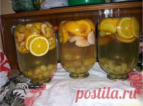 Компот мультифрукт Для приготовления понадобится: • яблоки - 2 шт.;  • персики - 2 шт.;  • виноград - горсть; • апельсин или лимон - 4 дольки; • сахар - 300 гр. Рецепт представлен для приготовления одно трехлитровой банки. Приготовление:  1. Фрукты помыть. Персики и яблоки порезать на дольки, апельсины - кружочками. 2. Выложить фрукты в банку. Залить кипятком и дать постоять минут 10.  3. Слить воду в кастрюлю, добавить сахар, довести до кипения и кипятить 5-7 минут.  4. З...