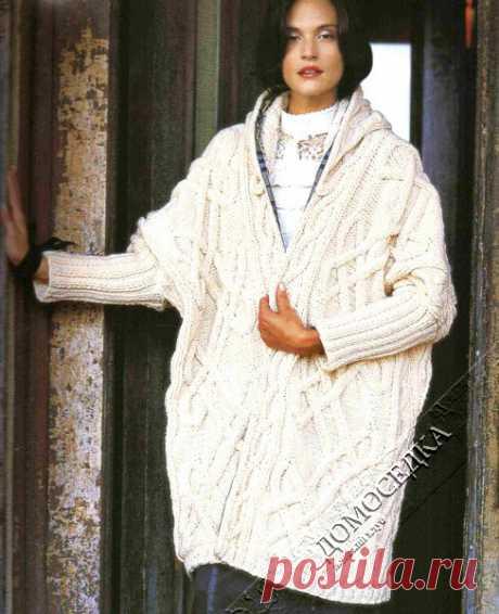 Объёмное пальто с капюшоном от Ники Эпштейн выполняется спицами красивым кельтским узором. / ДОМОСЕДКА