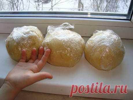 Удачное и очень быстрое тесто «про запас». Идеально для любой начинки!  Это тесто можно хранить в морозилке и использовать, когда нужно. Тесто, когда растает легко раскатывается и не требует дополнительной подсыпки муки, быстро печётся.  Можно использовать для жарки.  Ингредиенты :  ● 2 стакана муки, ● стакан сметаны, ● 200 гр маргарина, ● столовая ложка сахара, ● щепотка соли.  Приготовление :  Маргарин натереть на крупной терке, смешать с мукой, сметаной, солью и сахаром...