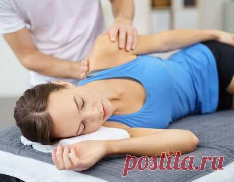 Что делать если болят мышцы шеи и сильно тянет плечо после сна или работы? Обязательно делайте упражнения на растяжку верхней части спины. Горячий душ также помогает расслабить мышцы на короткое время. Чтобы решить проблему в корне пройдите курс мануальной терапии для снятия блока шейно-плечевого пояса.