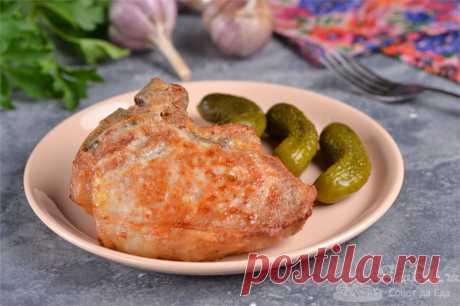 Свиная котлета на косточке в яичном маринаде.  Готовим нежнейшие свиные котлеты на кости в маринаде из куриных яиц и чеснока. Яичный маринад – лучший маринад для мяса. В нем можно выдерживать курицу, индейку, свинину и говядину. Все мясо при обжарке или запекании станет сочным, нежным и очень ароматным.