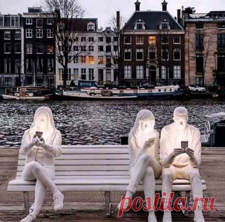 """A sculpture recently placed on a bench in Amsterdam. The artist simply called it """"Addiction.""""   Скульптура в Амстердаме. Автор назвал её «Зависимость»"""