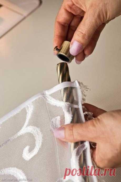 Занавески Предлагаю вам вариант для легкого и элегантного оформления металлопластиковых окон или дверей. Декоративная панель - занавеска преобразит любые пластиковые окна. Обратите внимание, на занавеске висюльки! Очень нежно, креативно и весьма необычно! Все, что вам понадобится для работы - это ткань (тюль), шелк для окантовки, лента для штор, бисер с бусинками для висюлек) и трубочки - карнизы с наконечниками. Умный дом - здесь находят ответы!
