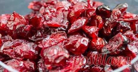 Вяленая вишня – самая лучшая заготовка на зиму. Такие ягоды намного вкуснее, чем консервированные или замороженные. Их можно использовать в желейных десертах, выпечке. Из 2.5 килограммов вишни удается получить около 500 граммов вяленого продукта и банку