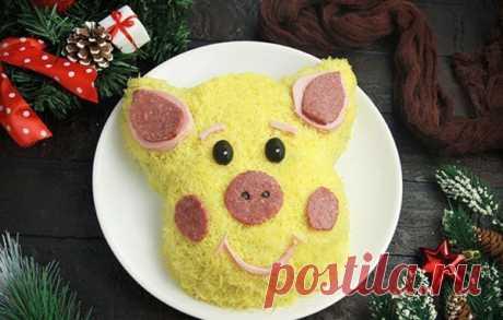 Свинья на блюде. Новогодние салаты Салат с говядиной  Доброй традицией Нового года в нашей стране стало выкладывать на блюде съедобный символ наступающего года по восточному гороскопу. Хозяйкой 2019 по китайскому календарю будет Желтая…