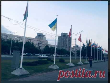 В Минске в районе Национальной библиотеки развесили флаги стран-участниц Европейских игр-2019. Вторым вслед за белоруским висит украинский флаг 🇺🇦 – вот кто белорусам действительно братский народ.