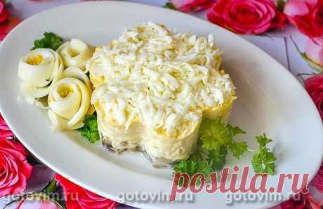Слоеный салат «Невеста» с курицей и грибами.