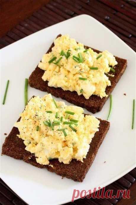 Яичный салат на бутерброде
