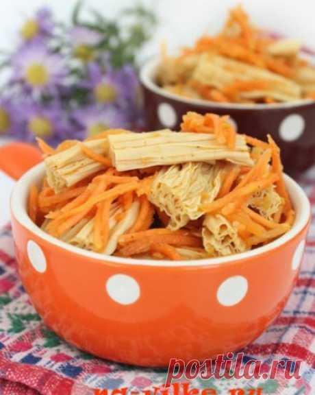 Соевая спаржа с морковью по-корейски