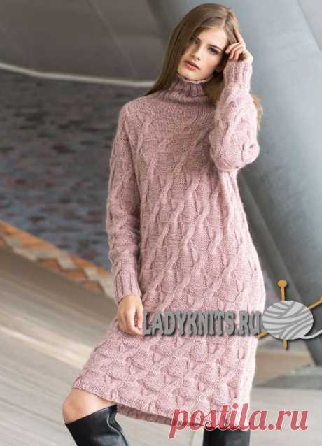 Вязаное спицами стильное женское платье свободного кроя. Описание для размеров от S до XL