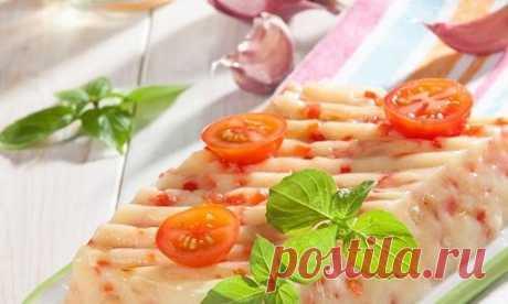 Холодец из картофеля. Ну очень нестандартная закуска! Понадобится: На 4 порции: 10 картофелин, 2 луковицы, 2 красных перца, 10 долек чеснока, 0,5 стакана кипяченой воды для заправки, 4 ст. ложки растительного масла, соль, перец, небольшой пучок укропа.