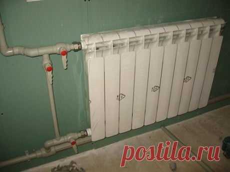 Способы разводки радиаторов отопления Боковое одностороннее подключение. Этот тип подключения является наиболее распространённым. Он заключается в присоединении подводящей трубы к верхнему патрубку, а отводящей — к нижнему. Такой способ подключения обеспечивает наибольшую теплоотдачу. Если подавать горячую воду снизу, подводящая труба присоединяется к нижнему патрубку, мощность снижается на 5-7%. Если одностороннее боковое подключение используется при монтаже многосекционн...