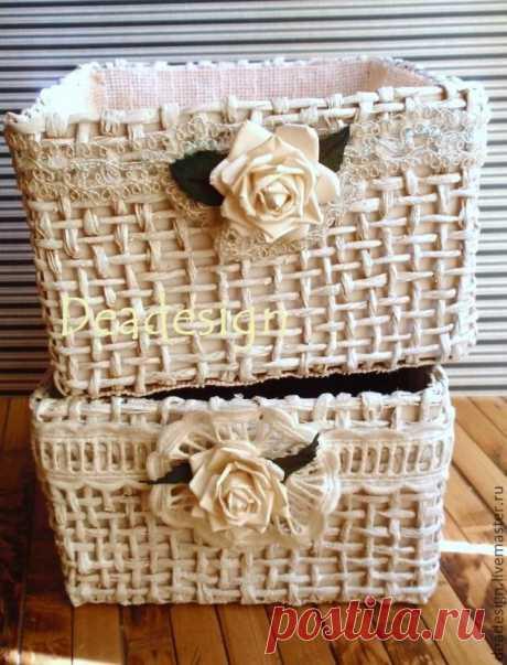 Los canastillos convenientes y hermosos del bramante de papel y las cajas innecesarias.