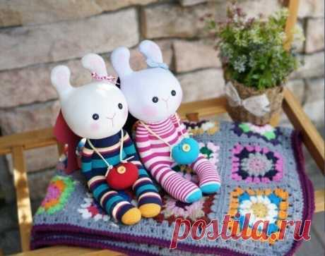 Игрушки из носков в виде кроликов